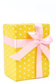 Schöne gelbe geschenkbox hautnah.