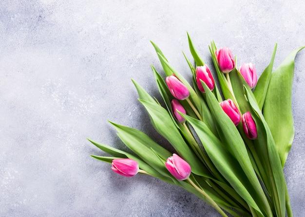 Schöne gelbe rosa tulpen