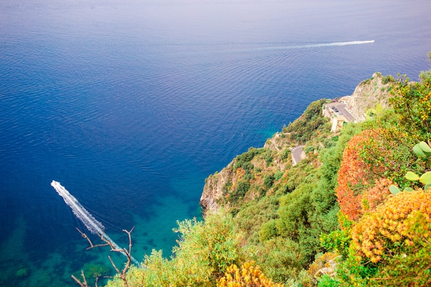 Schöne gemütliche bucht mit booten und klarem türkisfarbenem wasser in italien