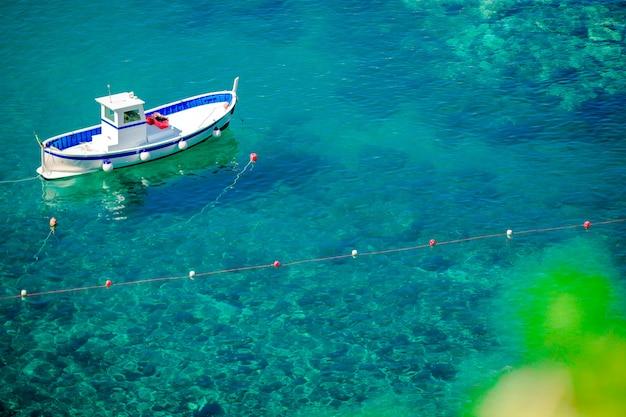 Schöne gemütliche bucht mit booten und klarem türkiswasser in italien fahren, manarola, ligurien, europa die küste entlang