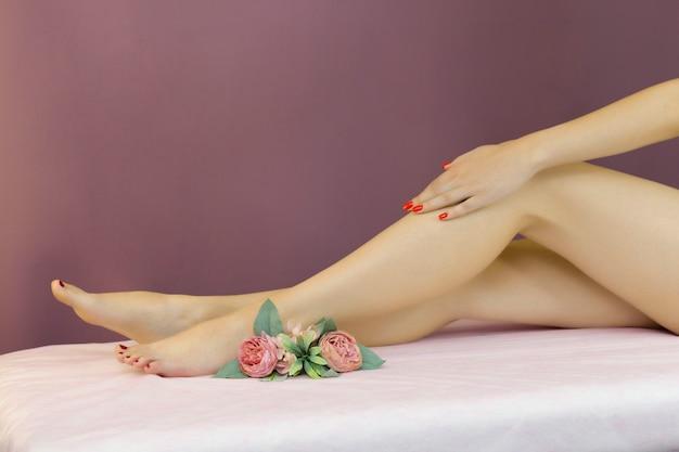 Schöne gepflegte weibliche beine. fußpflege. enthaarung der haare an den beinen.