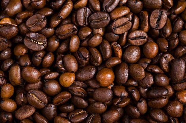 Schöne geröstete kaffeebohnen, vollkornprodukte für die zubereitung von getränken, enthalten koffein