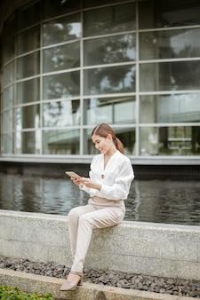 Schöne geschäftsfrau arbeitet außerhalb des büros