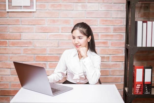 Schöne geschäftsfrau arbeitet im büro