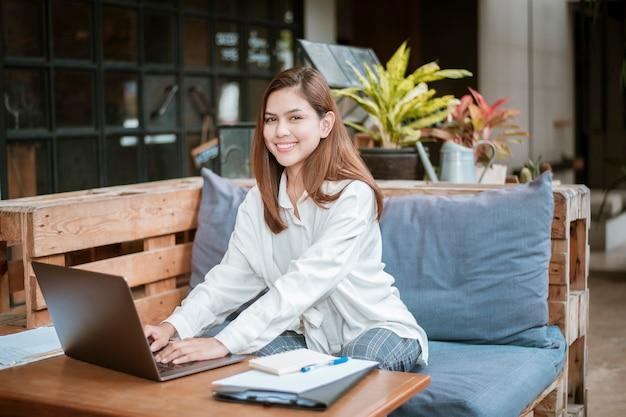Schöne geschäftsfrau arbeitet mit ihrer laptop-computer in der kaffeestube