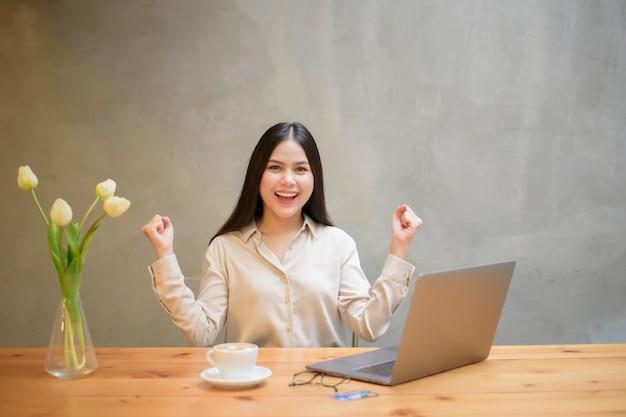 Schöne geschäftsfrau arbeitet mit laptop im coffeeshop