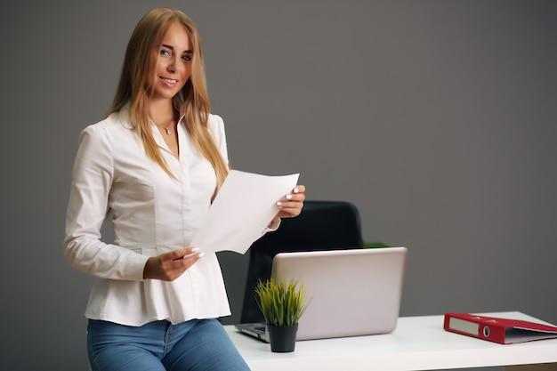 Schöne geschäftsfrau beschäftigt im büro