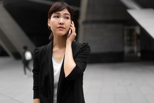 Schöne geschäftsfrau, die am telefon spricht
