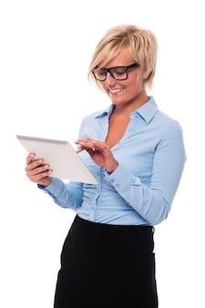 Schöne geschäftsfrau, die brille mit digitalem tablett trägt