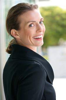 Schöne geschäftsfrau, die draußen lächelt