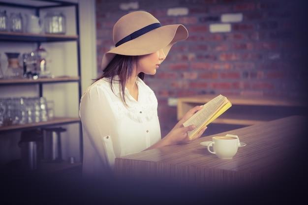 Schöne geschäftsfrau, die ein buch liest