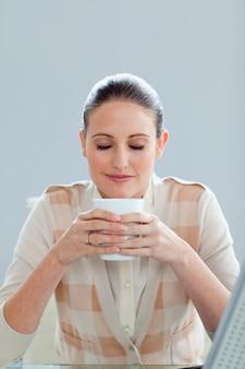 Schöne geschäftsfrau, die einen kaffee trinkt