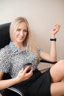 Schöne geschäftsfrau, die in ihrem büro entspannt.