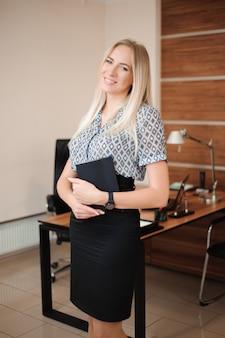 Schöne geschäftsfrau, die mit verkäufen in ihrem büro arbeitet.