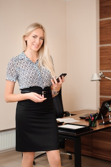 Schöne geschäftsfrau, die mit verkäufen in ihrem büro arbeitet