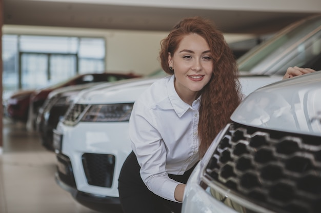 Schöne geschäftsfrau, die neues automobil kauft
