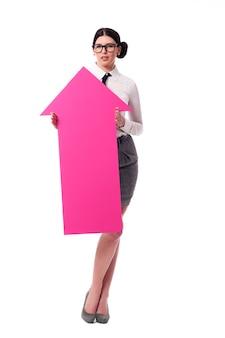 Schöne geschäftsfrau, die rosa pfeilzeichen hält