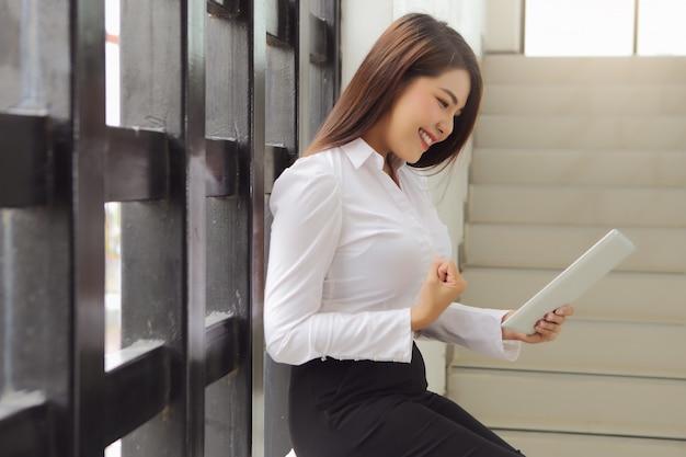 Schöne geschäftsfrau freut sich über gute nachrichten von ihrer investition.