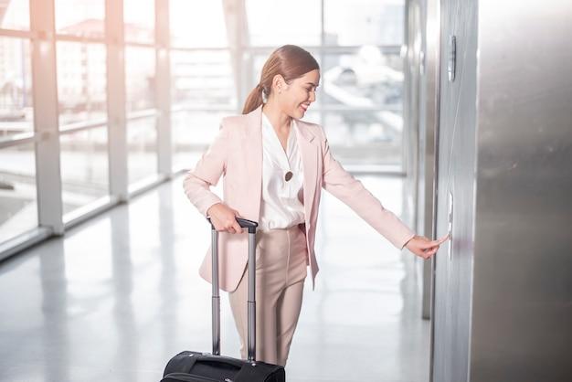 Schöne geschäftsfrau geht in flughafen, geschäftsreisekonzept