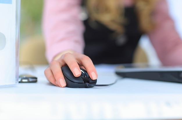 Schöne geschäftsfrau hält den laptop. isoliert auf weißem hintergrund.