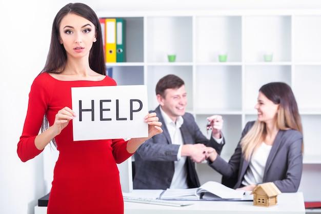 Schöne geschäftsfrau im büro bittet um hilfe