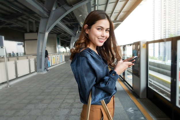 Schöne geschäftsfrau im u-bahnzug in der stadt