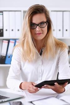 Schöne geschäftsfrau mit brille