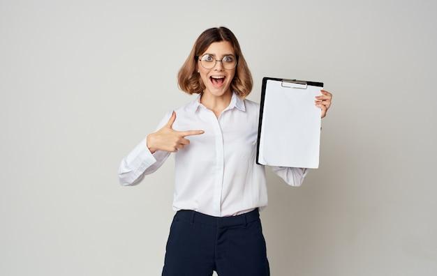 Schöne geschäftsfrau mit dokumenten in einem ordner gestikuliert mit ihren händen