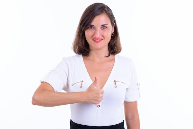 Schöne geschäftsfrau mit kurzen haaren isoliert gegen weiße wand