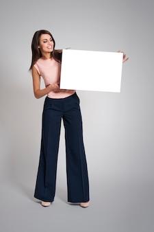 Schöne geschäftsfrau mit leerem whiteboard