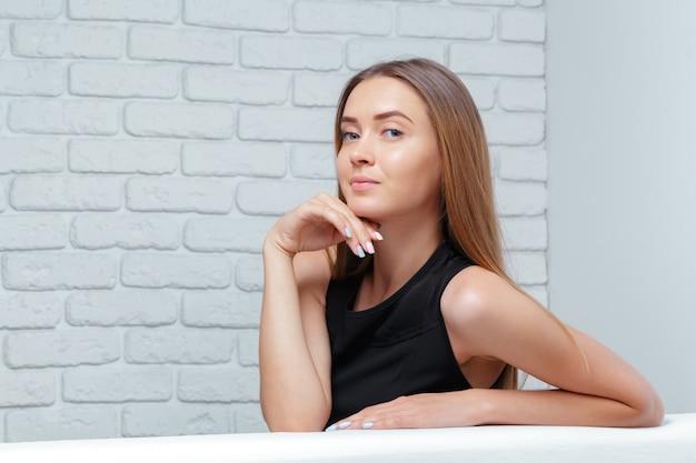 Schöne geschäftsfrau sitzt auf sofa