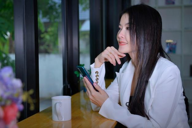 Schöne geschäftsfrau spricht über einen job, indem sie über sat anruft, um mit einem geschäft mit kunden und geschäftskonzepten zu sprechen