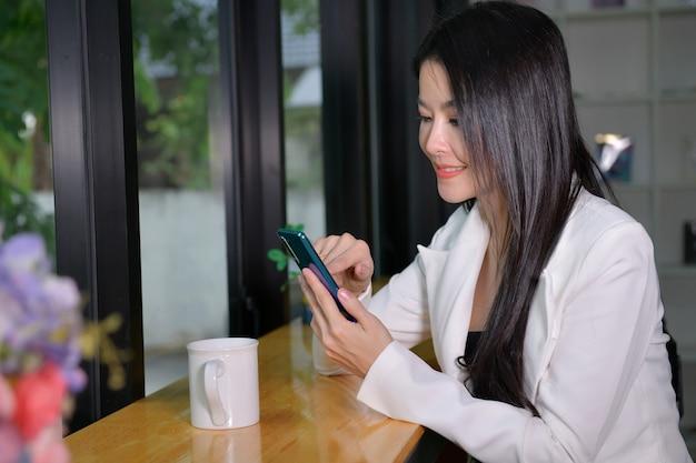 Schöne geschäftsfrau spricht über einen job, indem sie über sat anruft, um mit einem geschäft mit kunden und geschäftskonzepten zu sprechen.