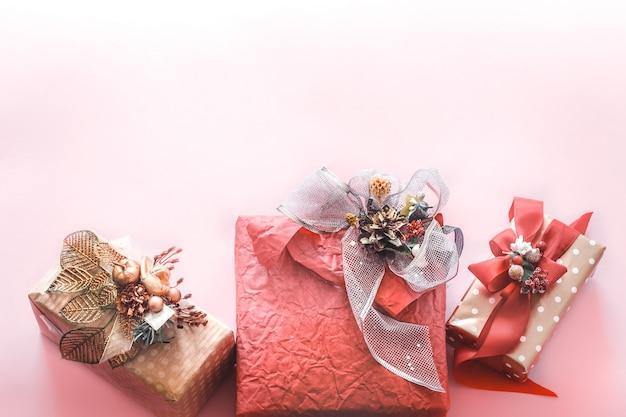 Schöne geschenk-feiertagsbox auf einer rosa wand