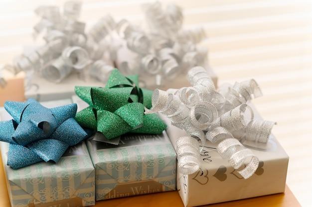 Schöne geschenkbox und diamantringreichtum und luxuriöser lebensstil. weicher fokus