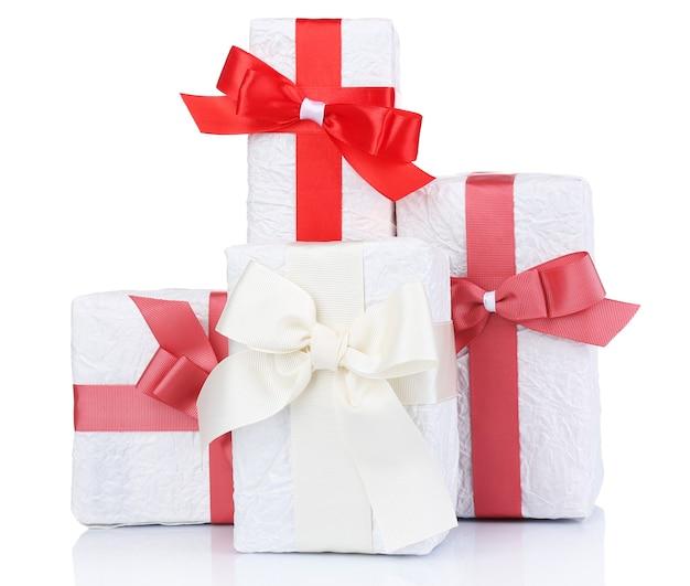 Schöne geschenke mit roten bändern, isoliert auf weiß