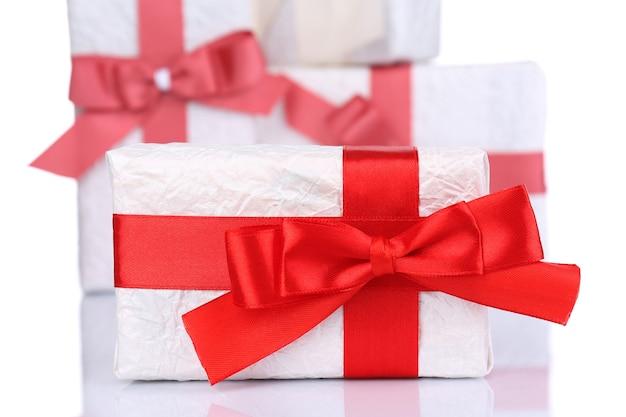 Schöne geschenke mit roten bändern isoliert