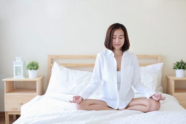 Schöne gesunde asiatische frau des vollen schusses im weißen hemd