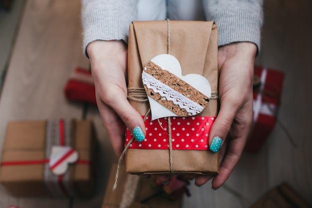 Schöne gewickelt geschenk mit einem dekorativen herz