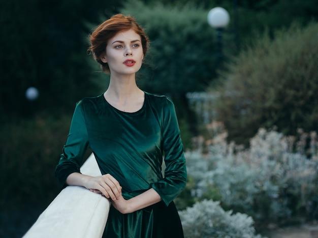 Schöne glamourfrau im freien grün verlässt modell. hochwertiges foto