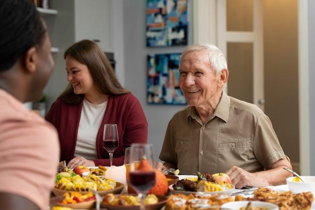 Schöne glückliche familie, die zusammen ein schönes thanksgiving-dinner hat?