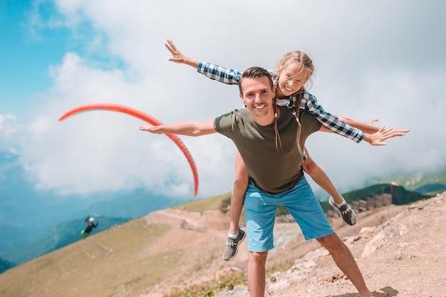 Schöne glückliche familie in den bergen im hintergrund des nebels