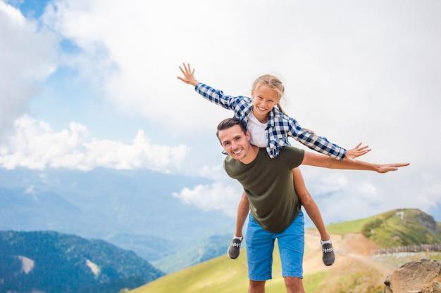 Schöne glückliche familie in den bergen im nebel