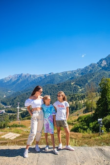 Schöne glückliche familie in den bergen. schöne landschaft