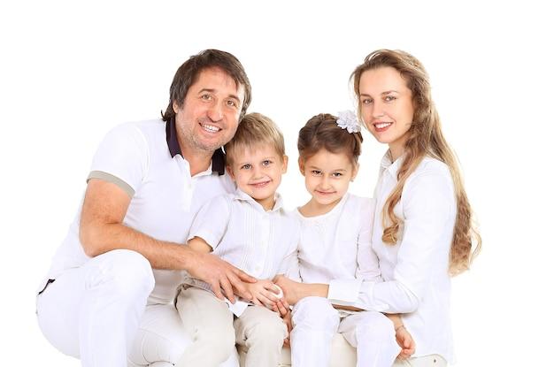 Schöne glückliche familie - isoliert über einem weißen