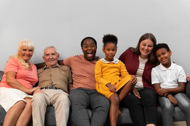Schöne glückliche familie posiert zusammen am erntedankfest
