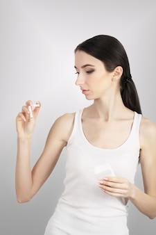 Schöne glückliche frau mit defekter zigarette beendigend zu rauchen