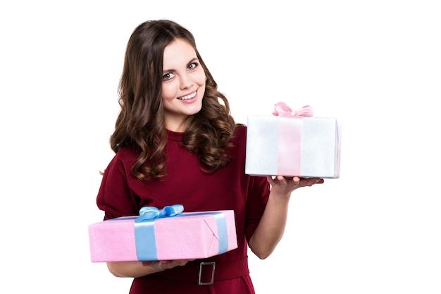 Schöne glückliche frau mit zwei geschenkboxen