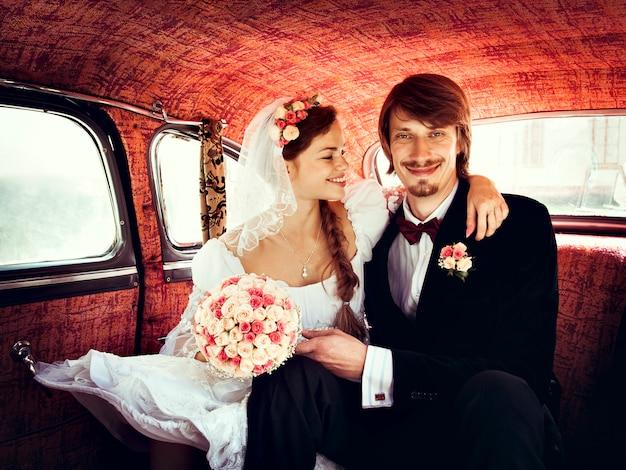 Schöne glückliche junge braut und bräutigam