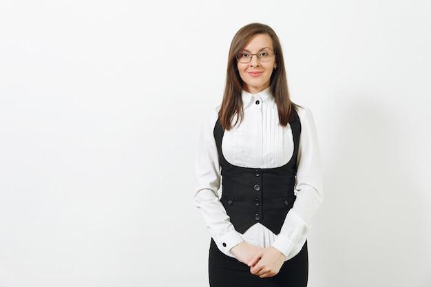 Schöne glückliche kaukasische junge lächelnde braunhaarige geschäftsfrau im schwarzen anzug, im weißen hemd und in den gläsern, die kamera lokalisiert auf weißem hintergrund schauen. manager oder arbeiter. kopieren sie platz für werbung.